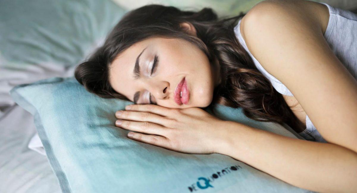 co ma wspólnego spanie z kłamaniem?